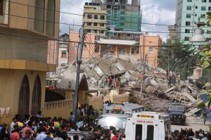 Scene following the collapse of the building  www.michuzijr.blogspot.com